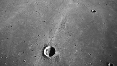 مما يتكون سطح القمر